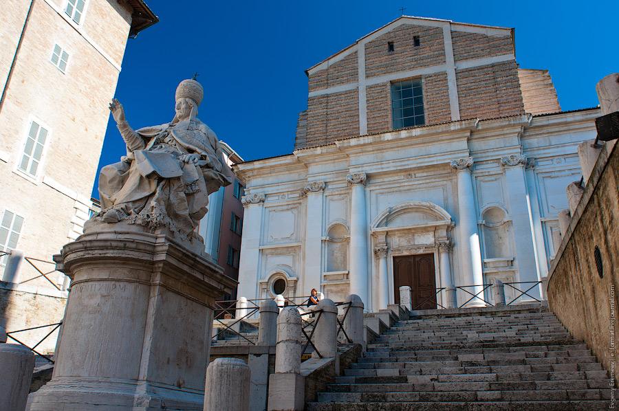 площадь города - площадь Папы, на которой стоит статуя Климента XII
