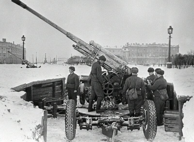 Советские зенитчики готовят орудие к бою на Марсовом поле