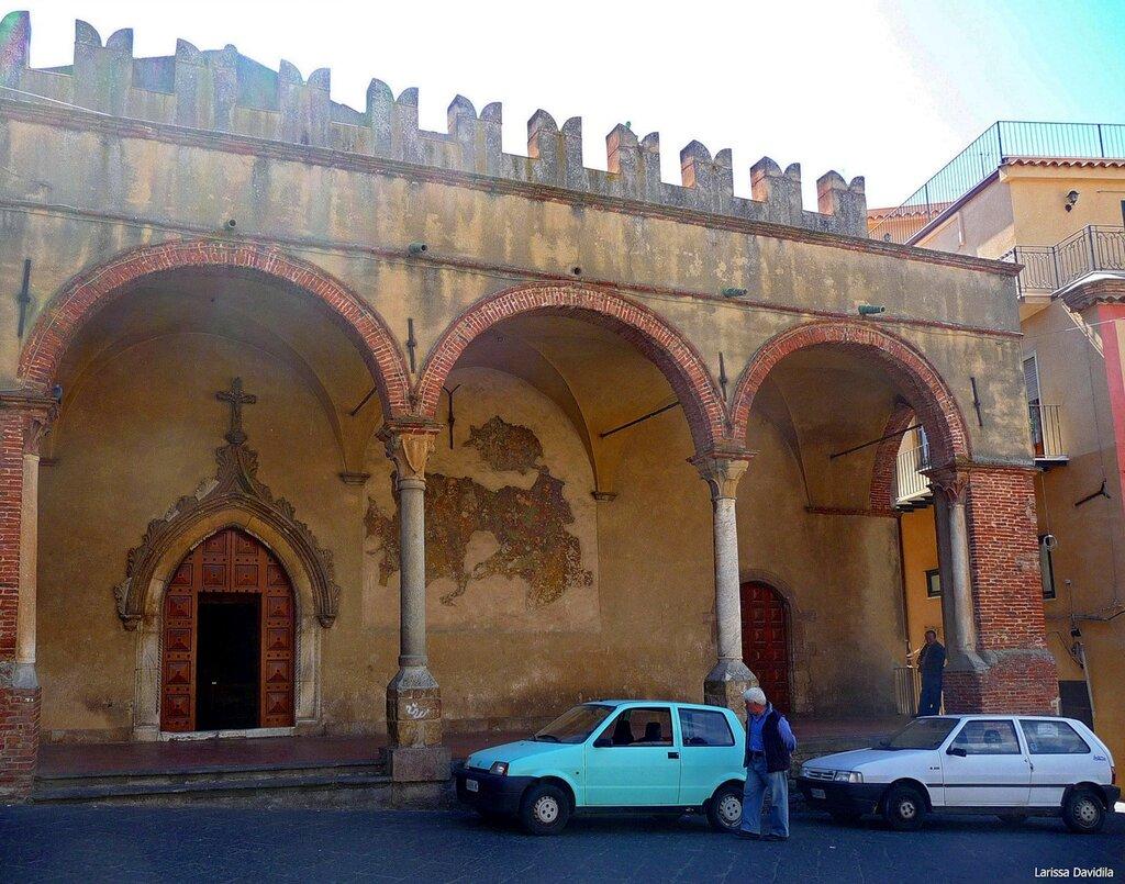 Три арки фасада церкви Matrice Vecchia. Castelbuono.