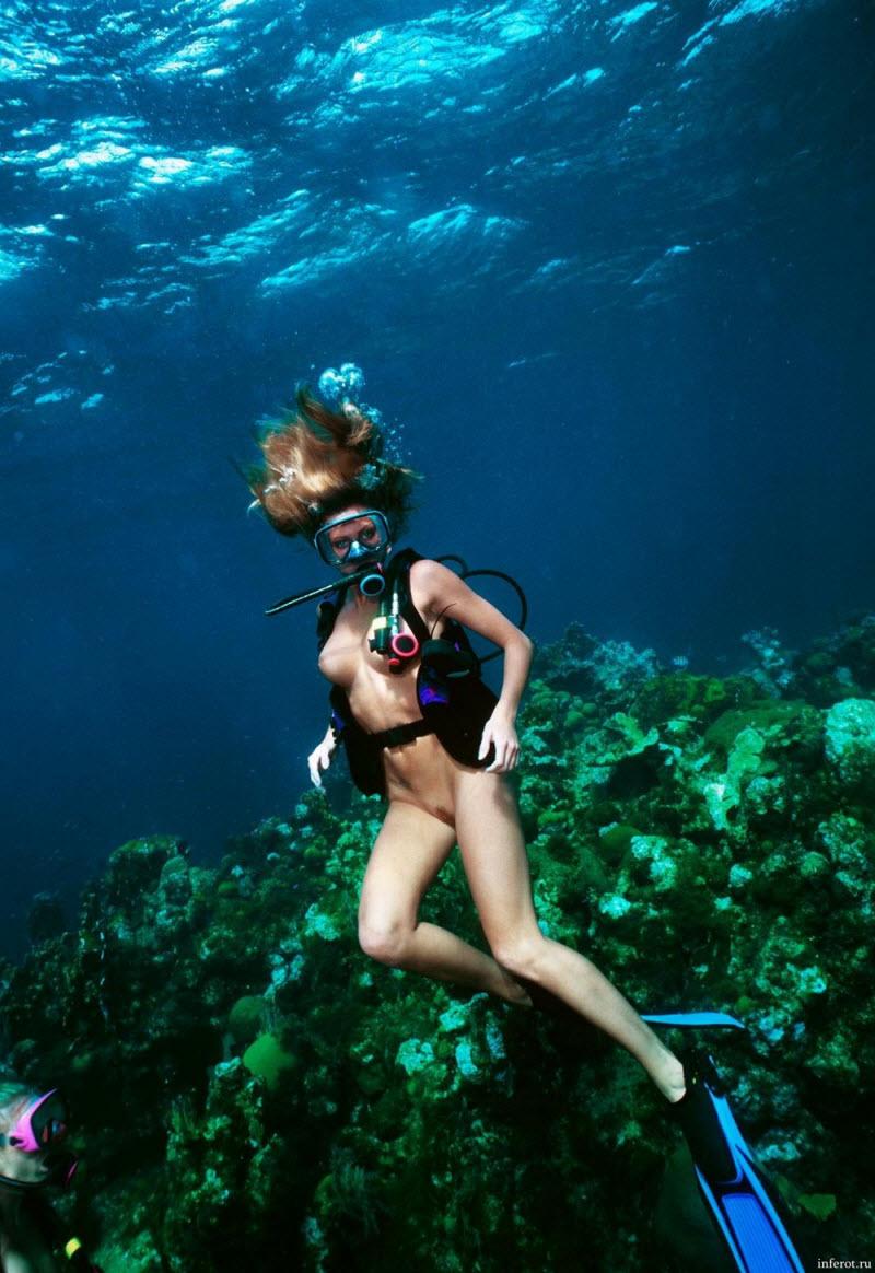 Видео голышом под водой голове Келсо