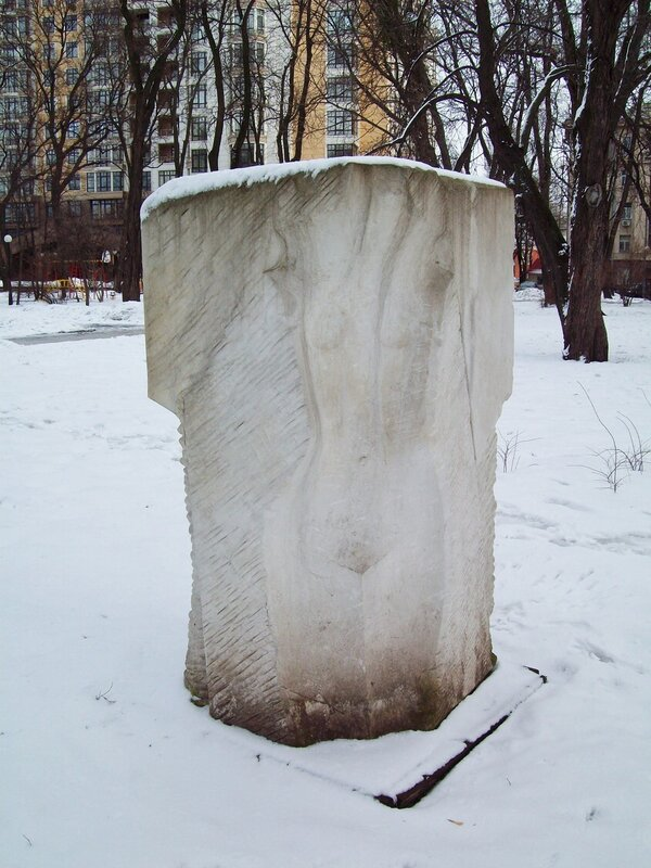 Скульптура Мариинского парка в марте