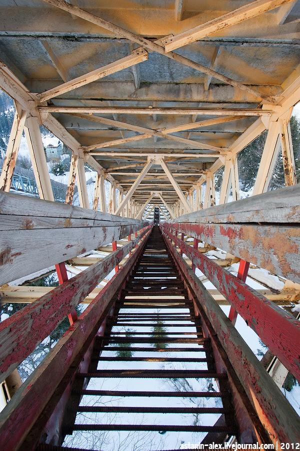 Лестница под трамплином. Вид вниз