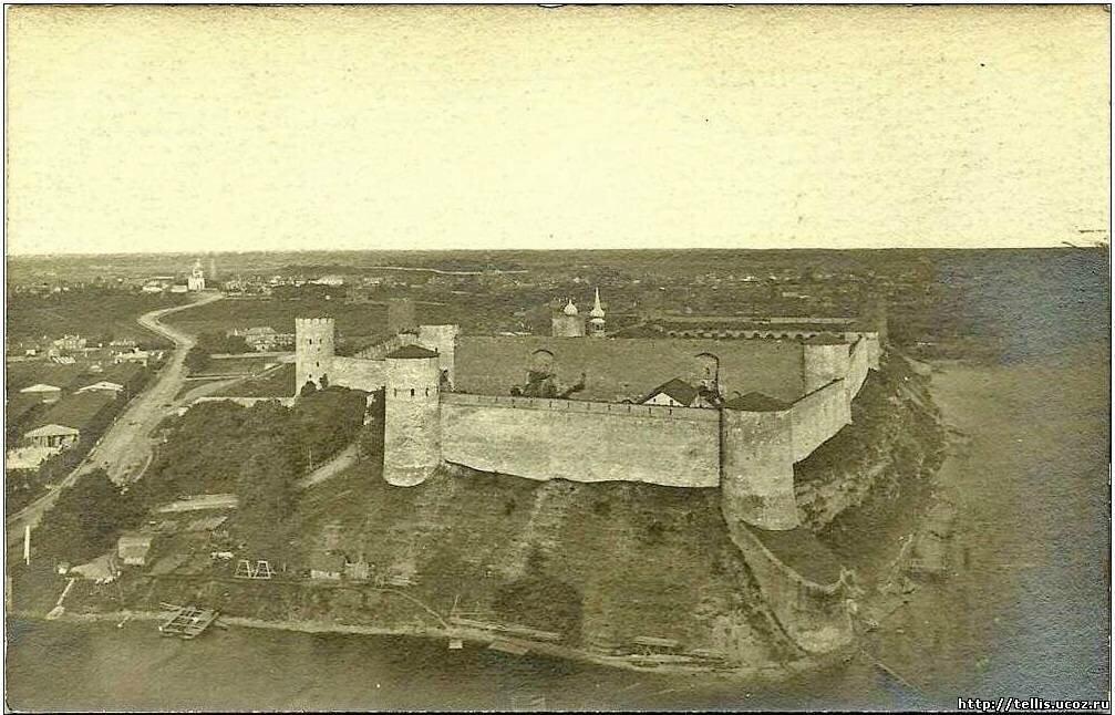 Вид с башни нарвского замка на восток