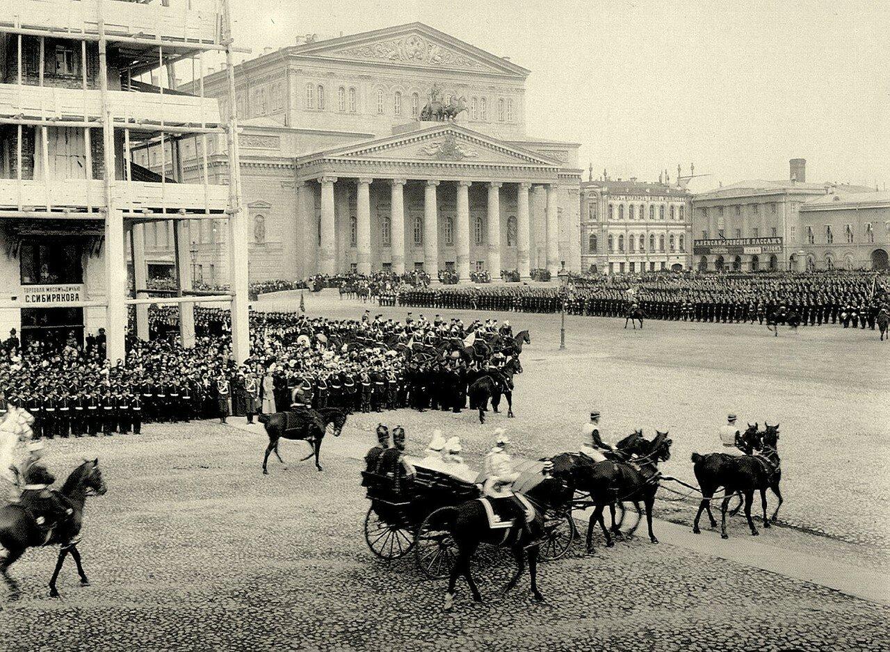 255. Царский экипаж на Театральной площади во время парада войск. Апрель 1910