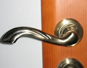 В Приморье задержаны незадекларированные дверные ручки и петли
