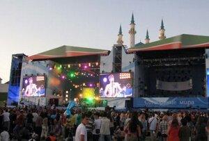 Медведев на рок-концерте в Казани потанцевал и сыграл на люляме