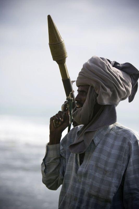 мужчина сомалийский пират картинка вот этому показывают