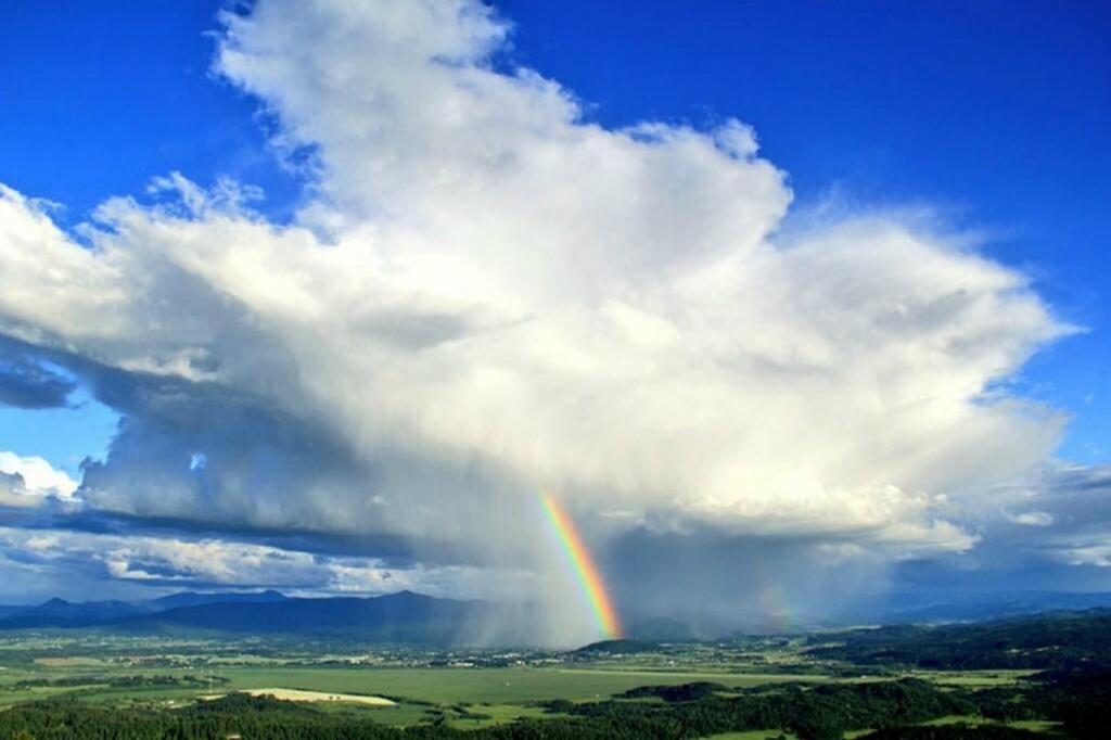 Удивительные фотографии грозовых облаков с радугой