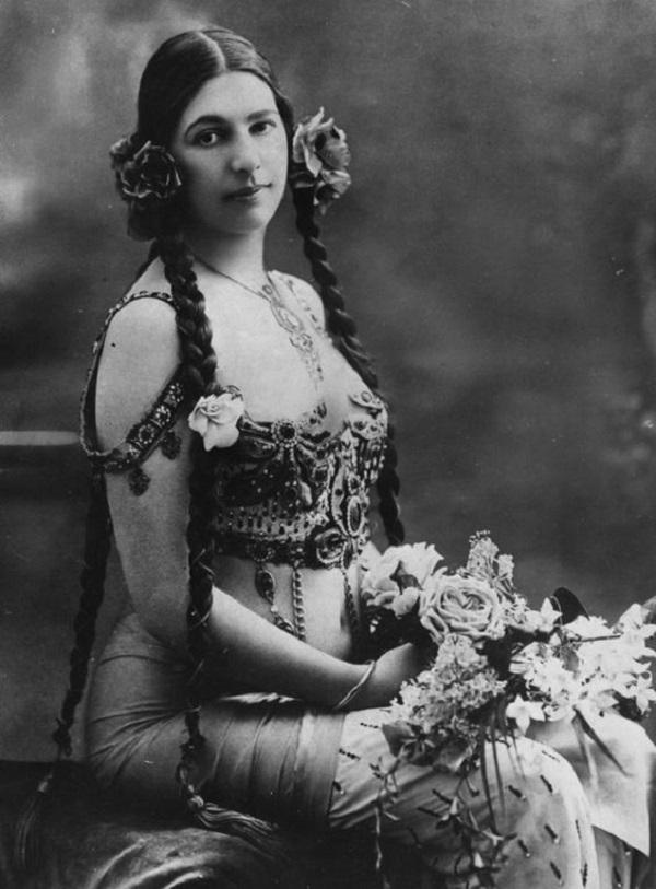 В 1916 году французы заподозрили в шпионаже. Мата Хари была арестована в Париже в 1917 году и пригов