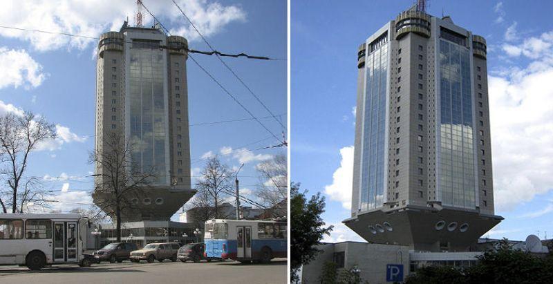 12. Владельцы здания утверждают, что на самом деле оно не такое шаткое, как кажется.