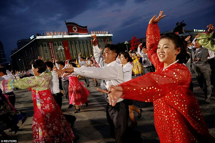 Танцоры в национальных костюмах. Ким Чен Ын и так возглавлял партию, но носил титул первого секретар