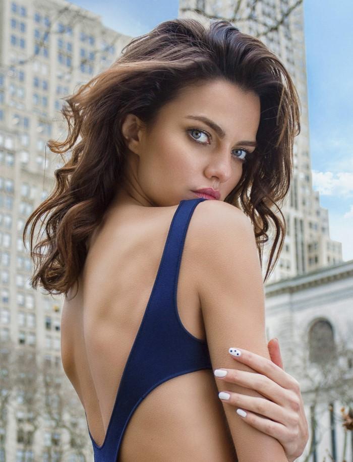 Модель Барбара Фиальо (Barbara Fialho) позирует на улицах города в модной одежде для журнала Elle Cr