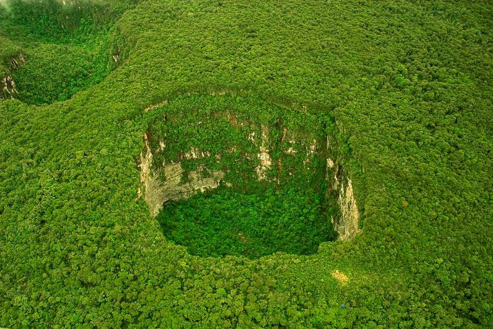 9. Провал почти круглой формы падает на глубину 314 метров, а объём воронки составляет 18 млн к