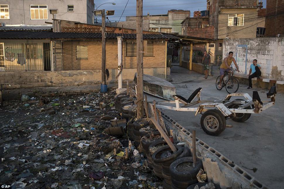 Всего за несколько дней до открытия летних Олимпийских игр водоемы Рио-де-Жанейро такие же грязные,