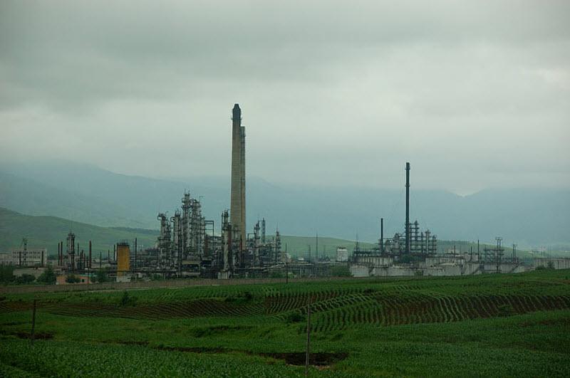 33. Химический завод. Завод не работает, нет нефти. Вообще неработающая промышленность и малое колич