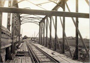 Вид испорченной снарядами железнодорожной фермы моста через реку Сан.
