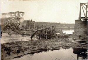 Солдаты во время сборки ряжей на воде.