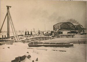 Общий вид работ по восстановлению разрушенного моста через реку Вислоку вблизи станции.