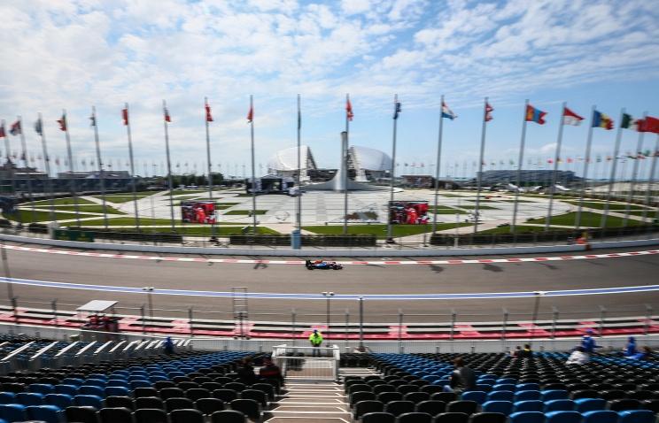 Путин вручил Росбергу кубок русского этапа «Формулы-1»