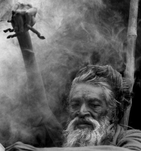 43 года с поднятой рукой в честь бога Шивы