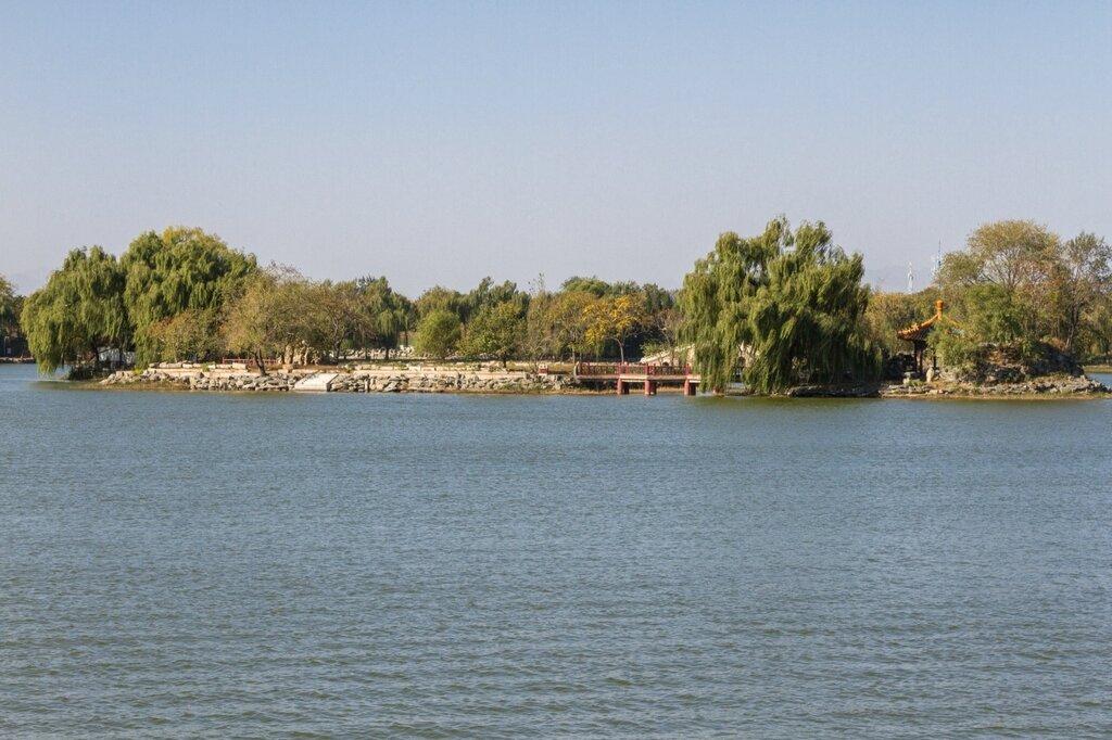 Остров Пэндао яотай на озере Фухай, парк Юаньминъюань, Пекин