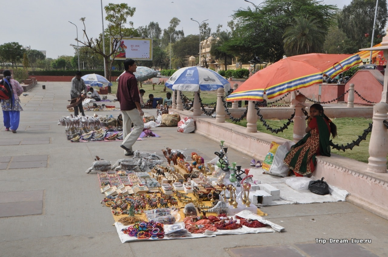 Сувенирная продукция на набережной у Джал Махала