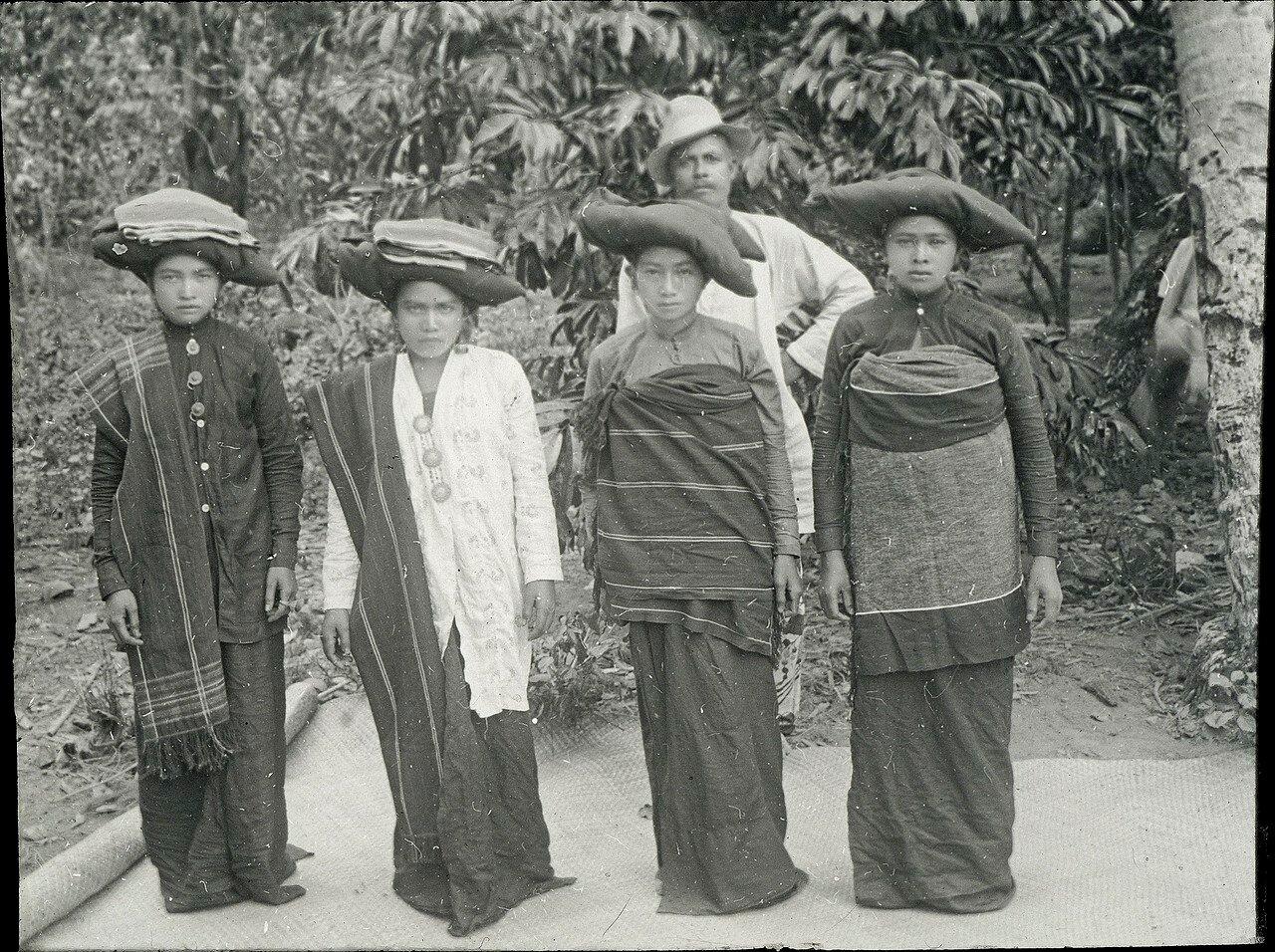 Девушки народности батаки