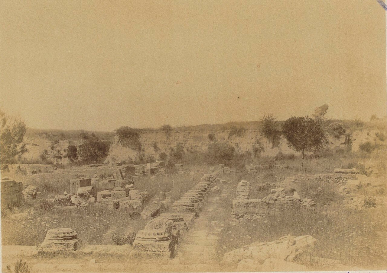 Останки колонн Леонидайона. 1892