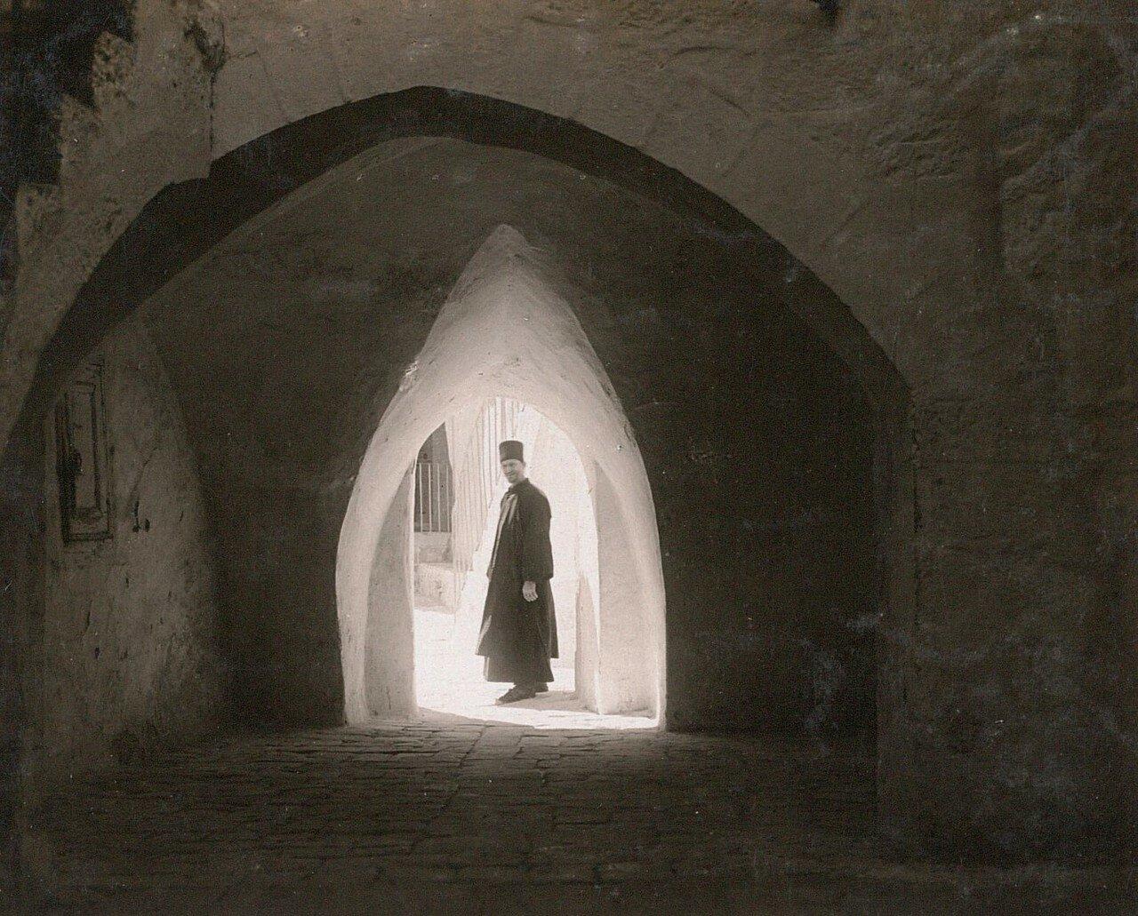 Кедронская долина. Монастырь Саввы Освященного.  Монах