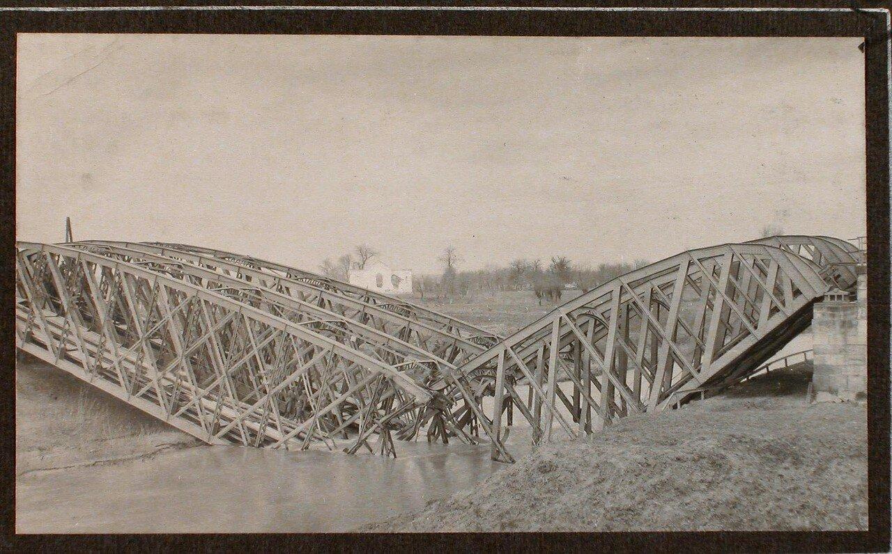10. Вид взорванного железнодорожного моста через реку Виар
