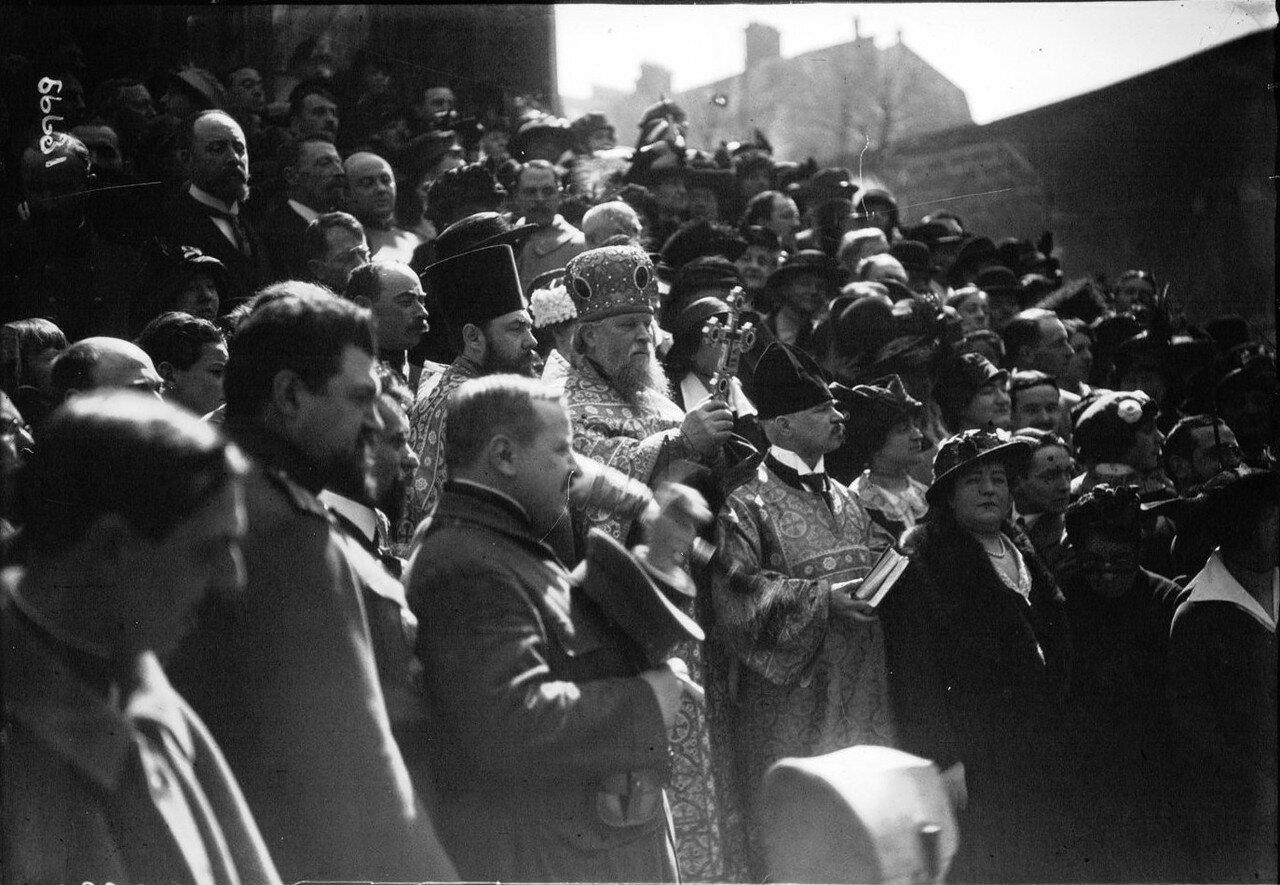 1915. 18.04. Благословение  машин перед их отъездом на передовую возле русской церкви на рю Дарю. Толпа перед православной церковью