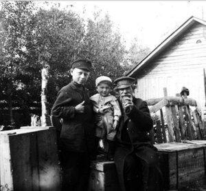 Пожилой крестьянин с двумя детьми