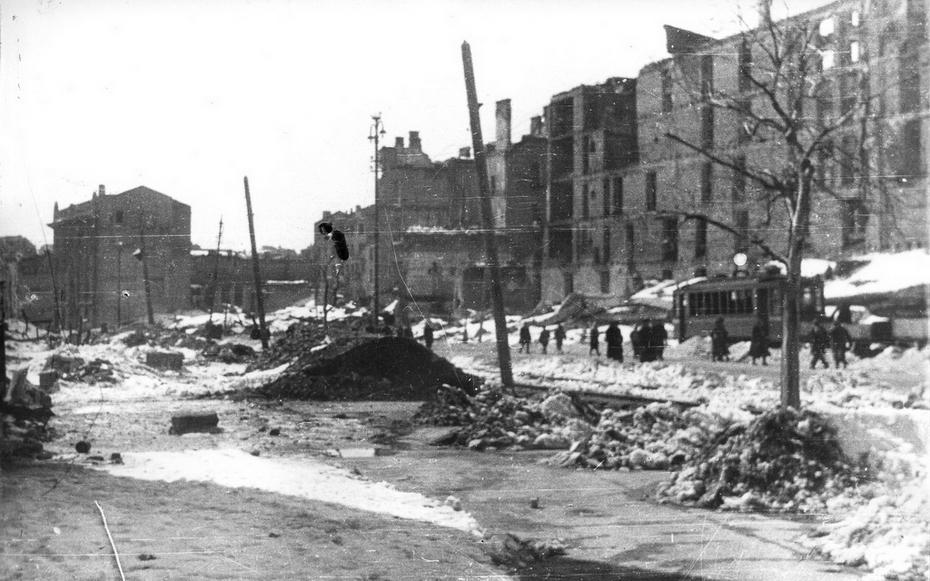 1944.03. руины Хрещатика в квартале между площадью Калинина и улицей Свердлова