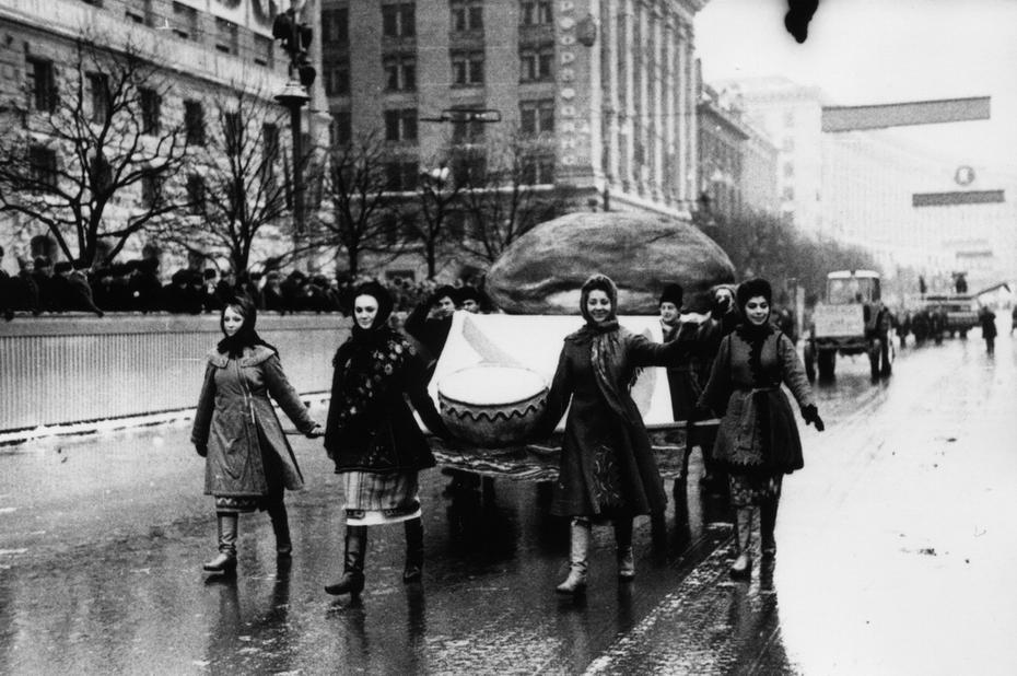 1967.12.24. Демонстрация трудящихся Киева во время празднования 50-летия образования УССР