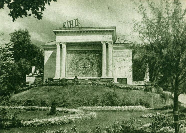 Кінотеатр повторного фільму, розташований в Першотравневому парку