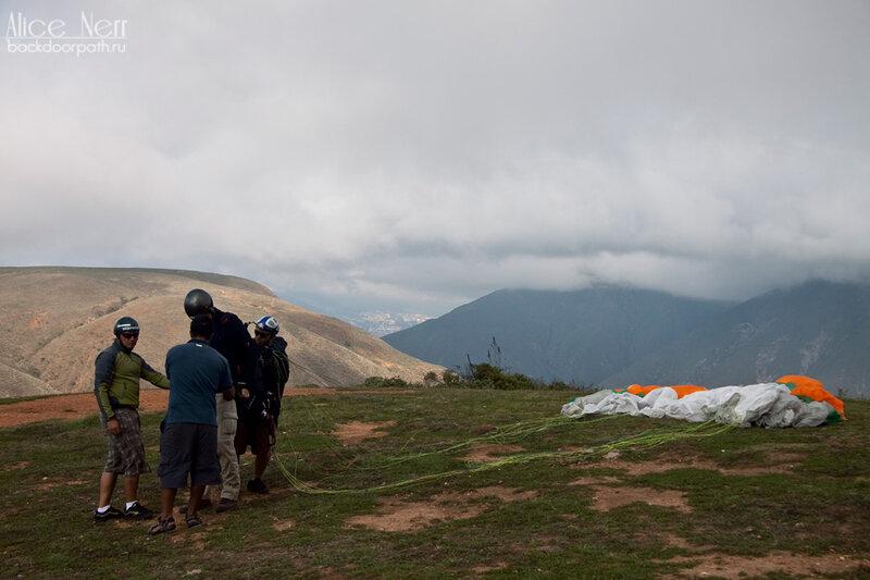 подготовка Себастьяна ко взлету, парапланы, венесуэла, горы
