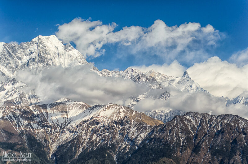 вид на горы от домика у водопада, кобанг, гималаи, непал