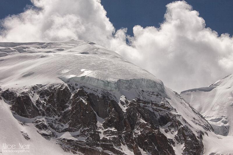 Ледник на подъеме Торонг-Ла, трек вокруг аннапурны, гималаи, лед, снег, горы
