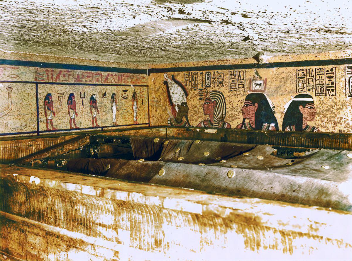 Внутри погребальной камеры огромный льняной покров с золотыми розетками, напоминающий ночное небо, о