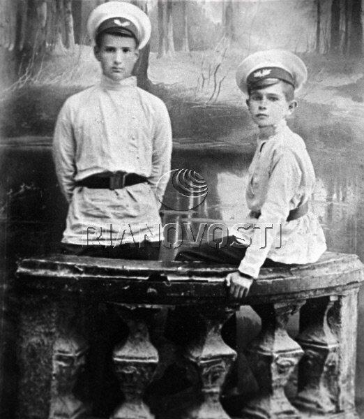 11.05.1917 И. В. Курчатов (слева) со своим товарищем по гимназии. РИА Новости/РИА Новости