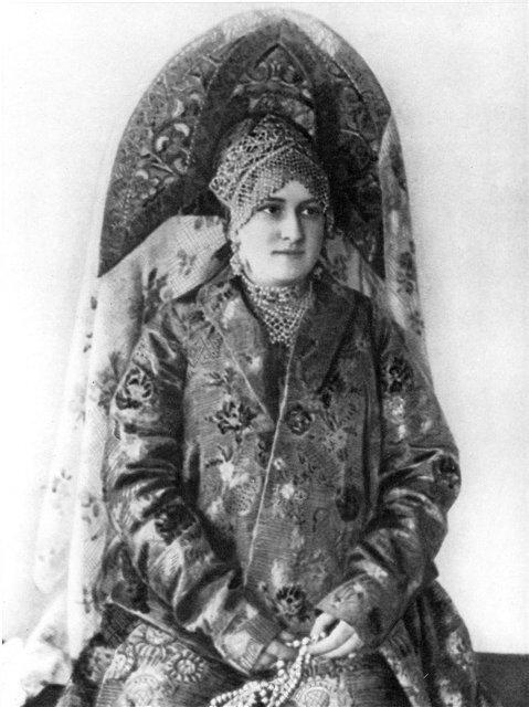 Женщина в двурогом кокошнике с фатой. Фото. 1900-е гг.