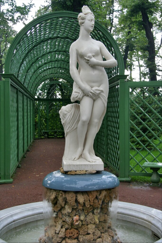 "Летний сад, фонтан-статуя ""Нереида"""