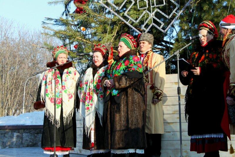 Выступление фольклорного украинского ансамбля Родня