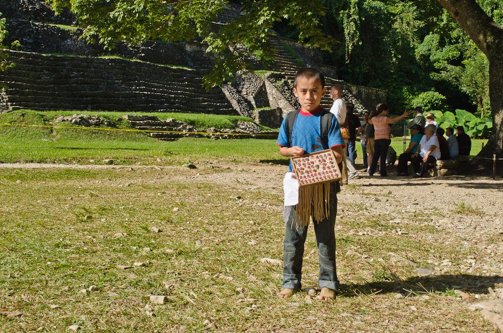 Продавец сувениров в археологическом комплексе Паленке. Очередная экскурсия к пирамидам Майя