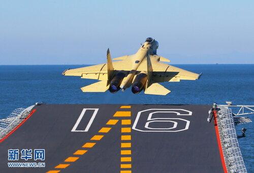 J-15 взлетает с авианосца Ляонин