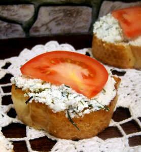 выложить на бутерброд помидор