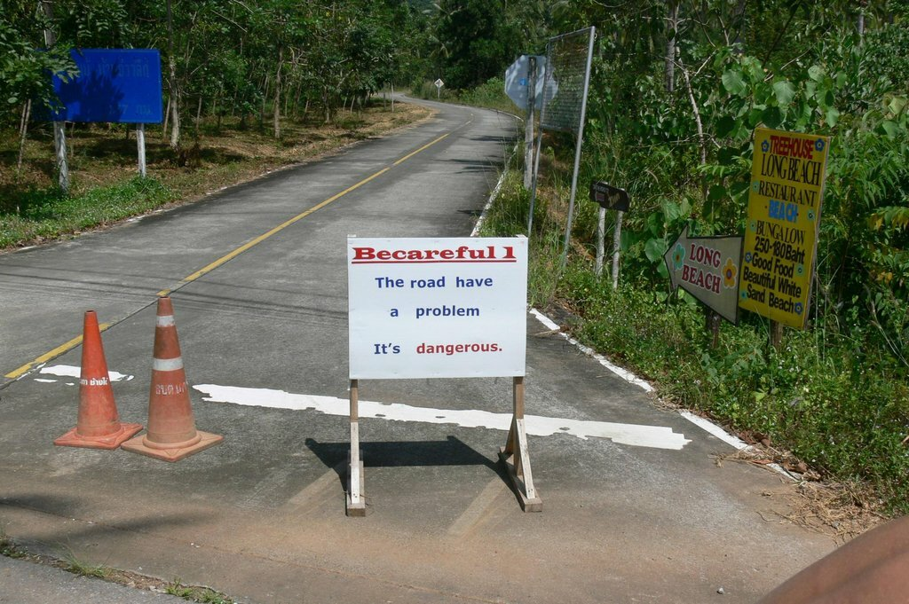 Табличка: Осторожно, на дороге имеется проблема