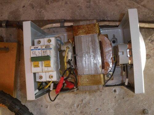 Фото 3. С гаражного щита снята крышка. Большую часть щита занимает 36-вольтный трансформатор.