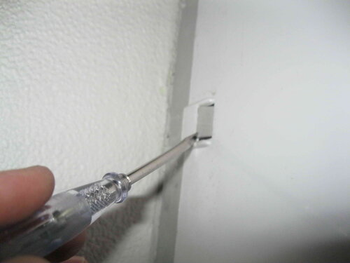 Фото 16. Крышка навесного шкафа плохо стыкуется с основанием. Для подгонки деталей приходится применять отвёртку.