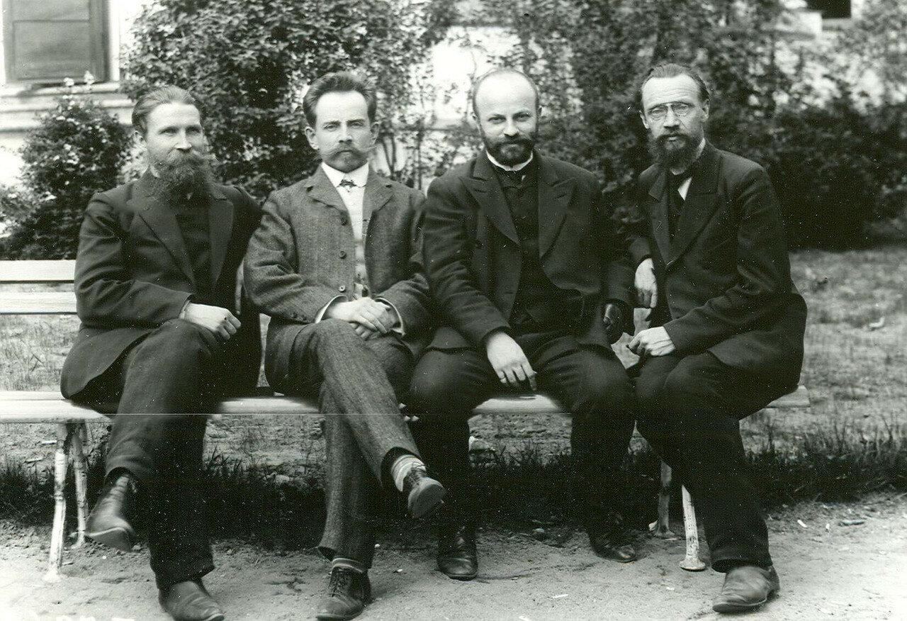 10. Группа депутатов Второй Государственной думы на садовой скамейке во время перерыва заседания думы
